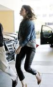 http://img28.imagevenue.com/loc461/th_927778148_Mandy_Moore_going_to_a_meeting6_122_461lo.JPG
